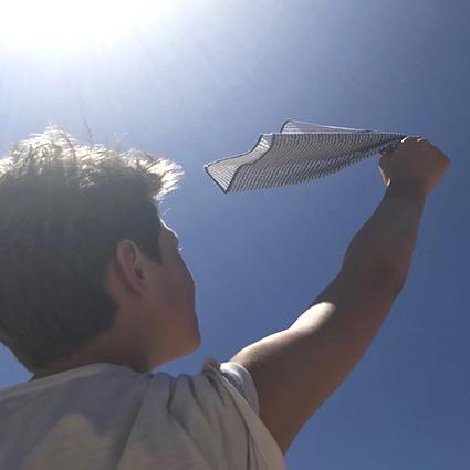 jeune homme tenant un mouchoir Koshi haut dans le ciel